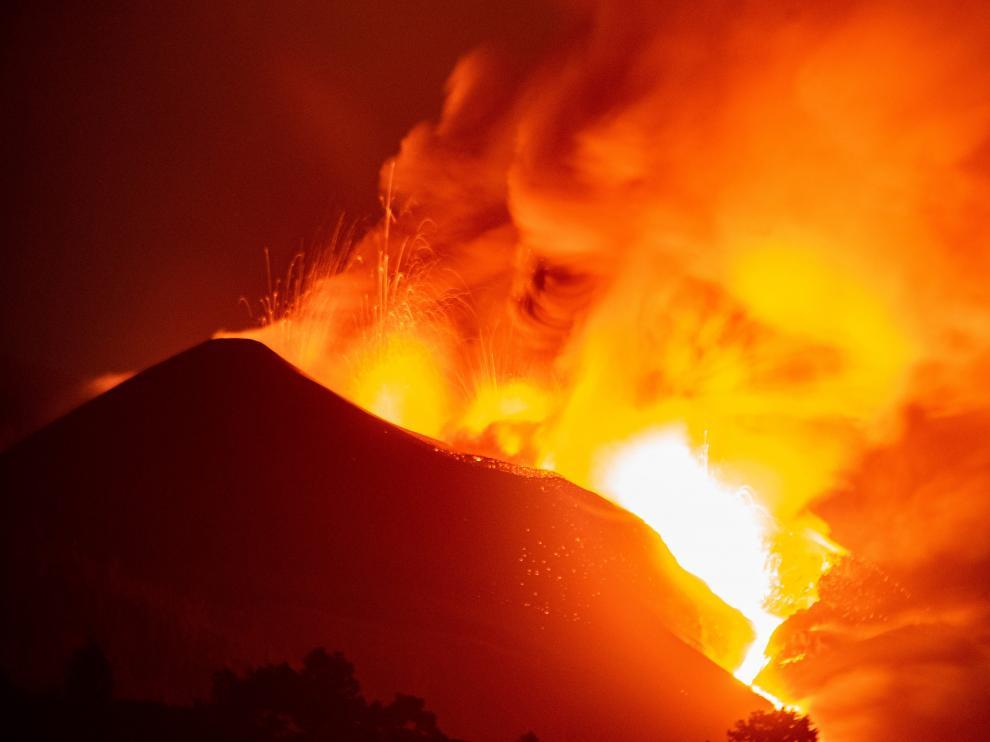El volcán de La Palma continúa su actividad emitiendo lava que han formado nuevas coladas afectando a nuevas zonas a su paso en la madrugada del jueves.