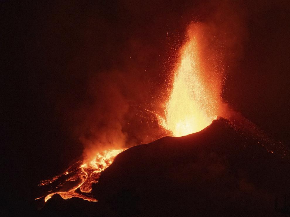 El volcán de La Palma sigue rugiendo y expandiéndose.