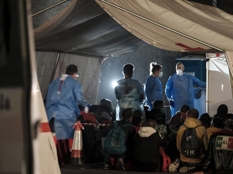 Inmigrantes atendidos en el puerto de Arguineguín