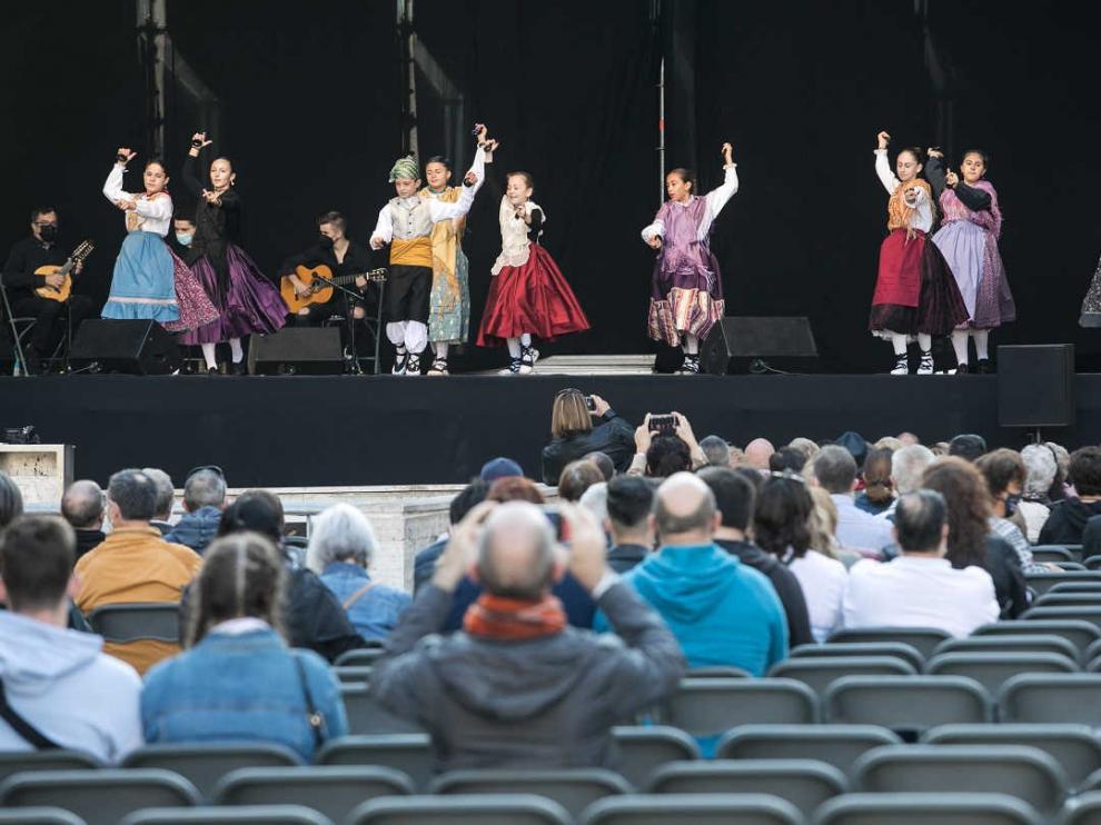Jotas en el escenario de la plaza del Pilar de Zaragoza