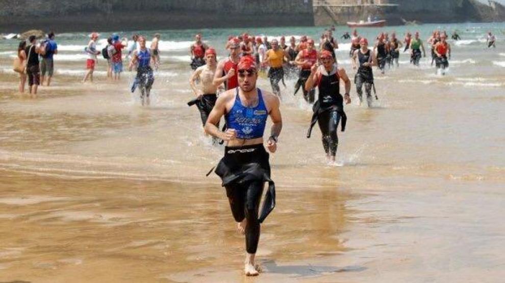 Saliendo del agua es el Triatlón de Zarautz después del segmento de natación y antes de coger la bici. Un triatlón espectacular por el paisaje, el recorrido y la afición que te lleva en volandas