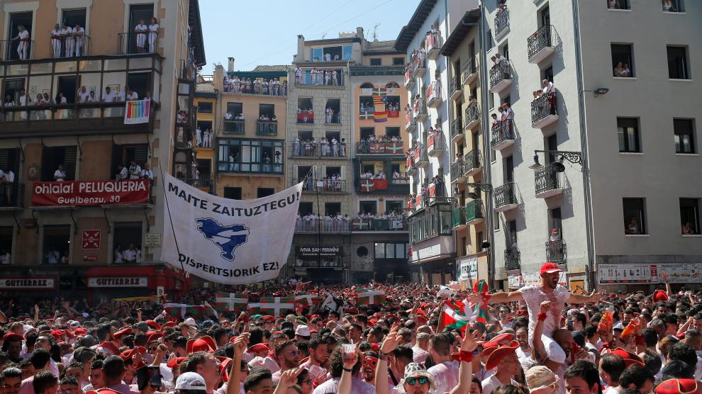 Revellers gather before to attend the firing of 'chupinazo' which opens the San Fermin festival in Pamplona Spain, July 6, 2019. REUTERS/Jon Nazca [[[REUTERS VOCENTO]]] SPAIN-CULTURE/BULLS-CHUPINAZO