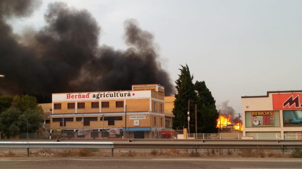 Aparatoso incendio cerca de la carretera de Logroño.