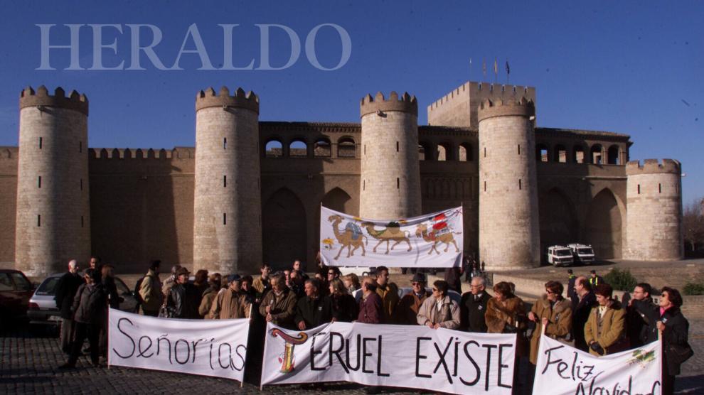 La coordinadora recién creada Teruel Existe se concentra ante el Palacio de la Aljafería en Zaragoza el 13 de diciembre de 1999.