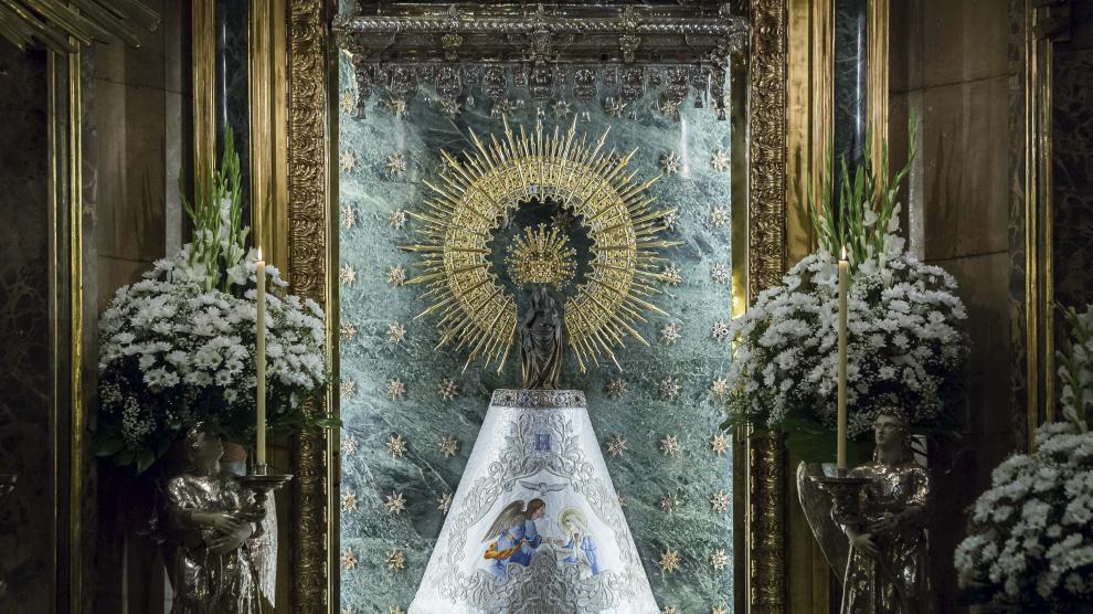 La Virgen del Pilar luce el manto que HERALDO DE ARAGÓN donó al Cabildo con motivo de la celebración del 120 aniversario del diario.
