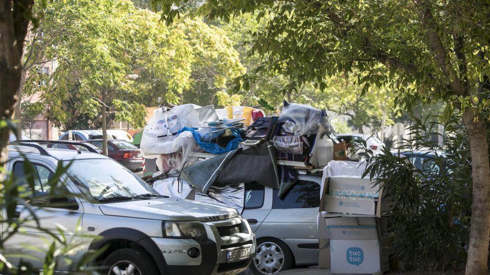 Una pareja vive en un coche aparcado en el Actur desde  hace tres meses