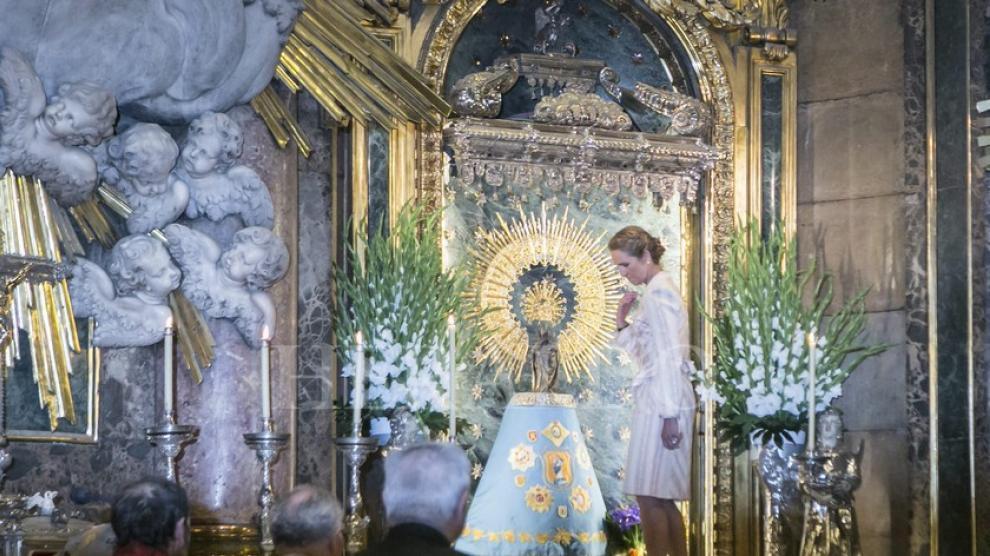 Doña Elena de Borbón ante la Virgen del Pilar durante su visita el 9 de mayo de 2014
