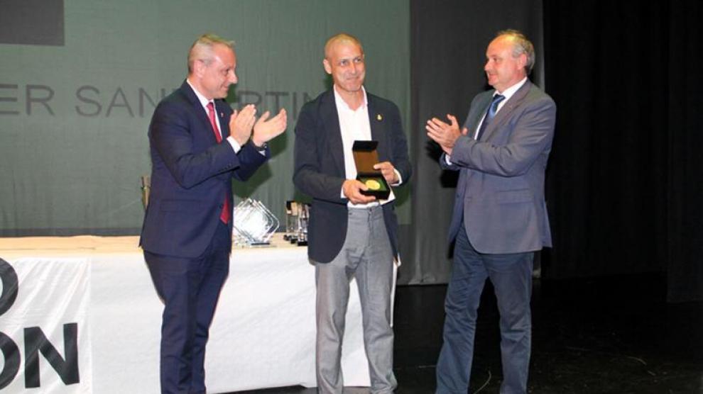 Mainer recibe en junio pasado la insignia de oro del balonmano español de manos de Paco Blázquez y Juan Caamaño