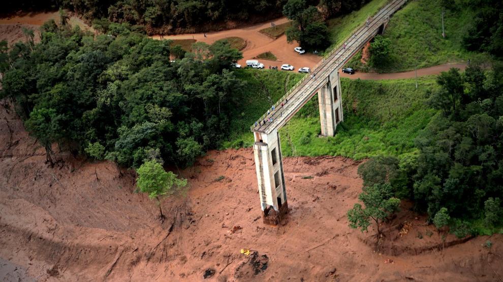 Una imagen de la rotura de la presa en Brasil.