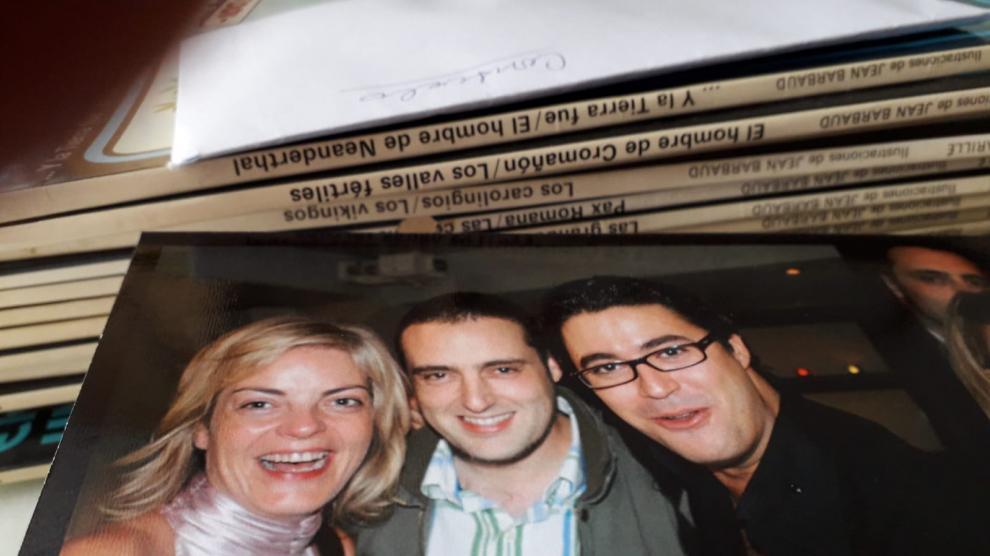 Paloma Tortajada, con Manuel Estarreado (Cope) y Diego Chicón (hijo de María José Cabrera), en la fiesta de despedida de la radio de María José.