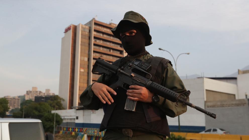 El presidente interino venezolano, Juan Guaidó, a la entrada de la base militar de La Carlota, en Caracas.