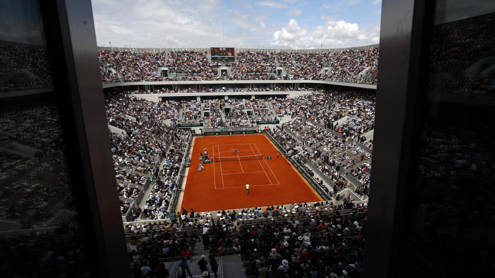 Tennis - French Open - Roland Garros, Paris, France - June 9, 2019. Spain's Rafael Nadal and Austria's Dominic Thiem warm up before their final match. REUTERS/Kai Pfaffenbach [[[REUTERS VOCENTO]]] TENNIS-FRENCHOPEN/
