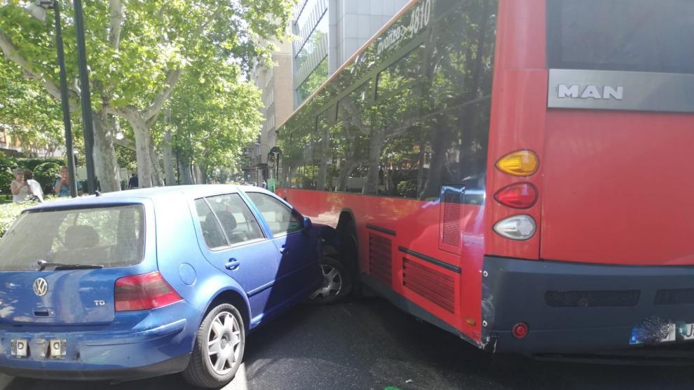 Colisión entre un coche y un autobús en el centro de Zaragoza