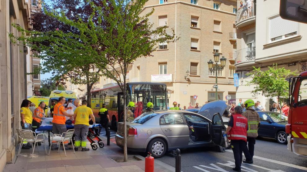 Como consecuencia del choque el vehículo ha salido desplazado varios metros.