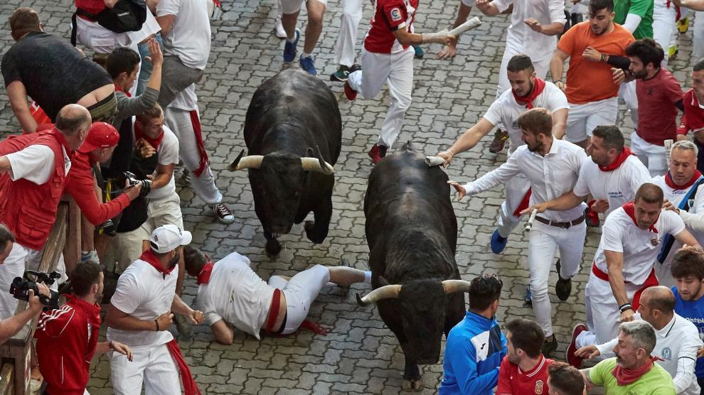 A shepherd runs along Estafeta Street before the running of the bulls during the San Fermin festival in Pamplona, Spain July 11, 2019. REUTERS/Jon Nazca [[[REUTERS VOCENTO]]] SPAIN-CULTURE/BULLS