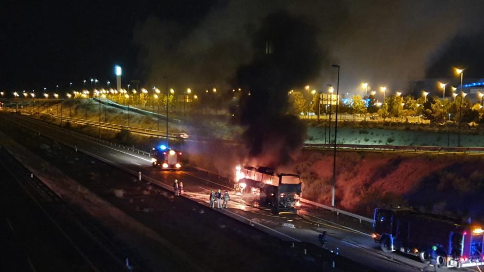 Arde un autobús de pasajeros cerca de Puerto Venecia