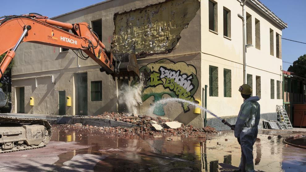 La demolición para la construcción del nuevo colegio de Educación Especial de Atades ha comenzado este lunes.