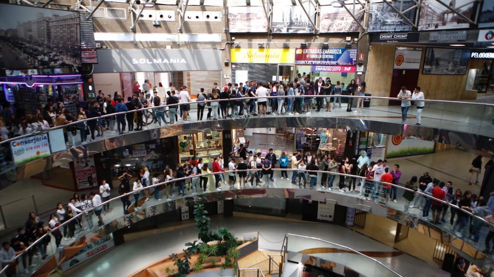 Largas filas para comprar entradas para el concierto de Anuel en el Pilar
