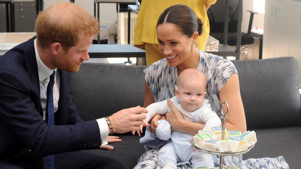 Britain's Prince Harry and his wife Meghan, Duchess of Sussex, holding their son Archie, meet Archbishop Desmond Tutu at the Desmond & Leah Tutu Legacy Foundation in Cape Town, South Africa, September 25, 2019. REUTERS/Toby Melville/Pool [[[REUTERS VOCENTO]]] BRITAIN-ROYALS/SAFRICA