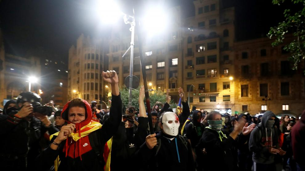 Catalan pro-independence demonstrators shout slogans during a protest against police action, outside the National Police headquarters, in Barcelona, Spain, October 26, 2019. REUTERS/Sergio Perez [[[REUTERS VOCENTO]]] SPAIN-POLITICS/CATALONIA-PROTEST