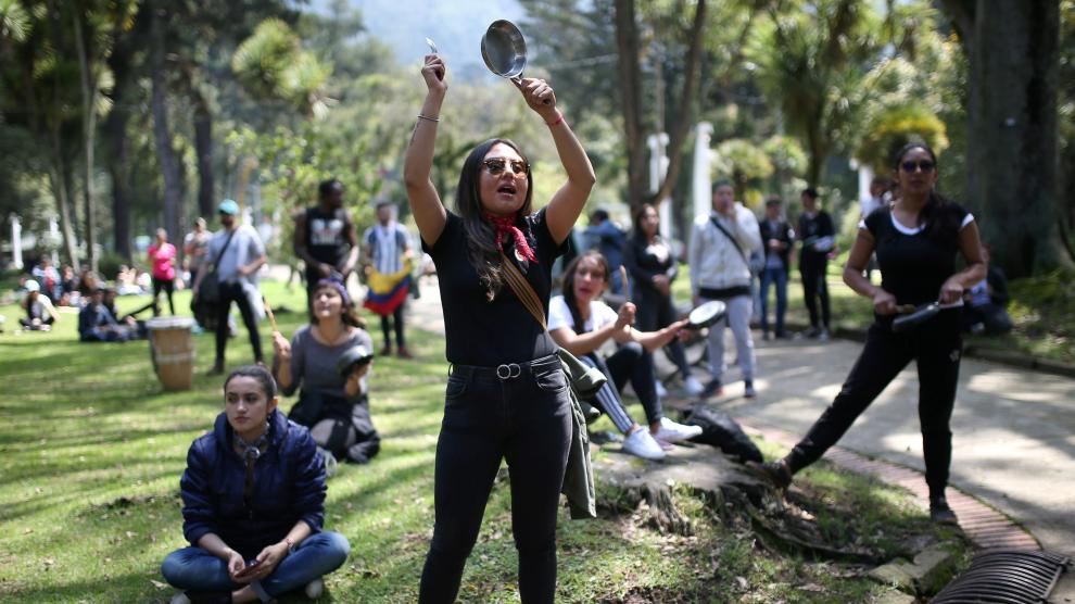 A demonstrator bangs a pot during a protest in National Park as national strike continues in Bogota, Colombia, November 23, 2019. REUTERS/Luisa Gonzalez [[[REUTERS VOCENTO]]]