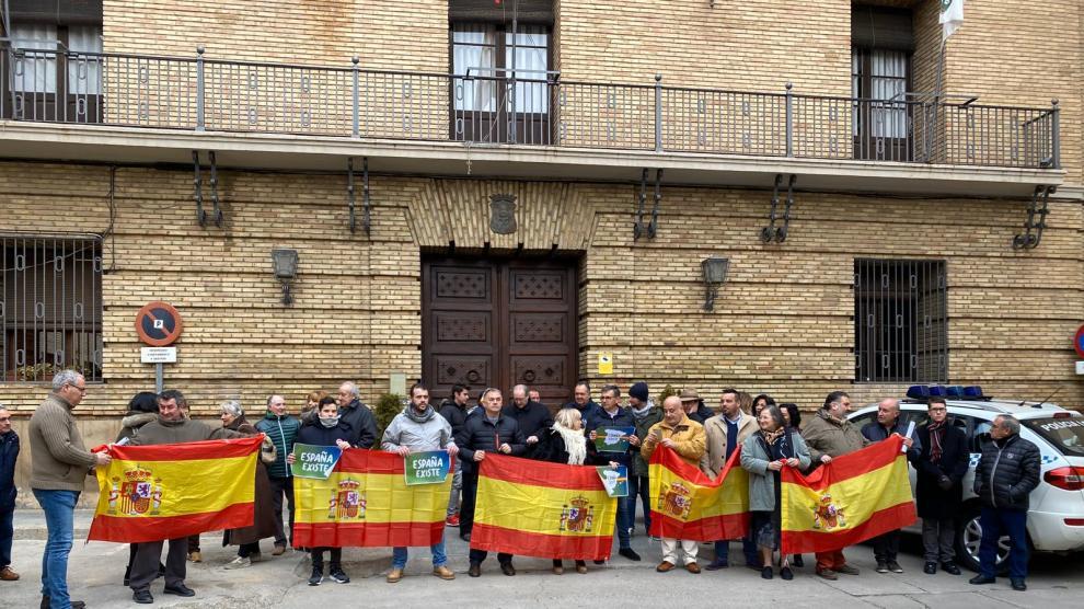 Alrededor de medio centenar de personas han acudido a la protesta en Barbastro