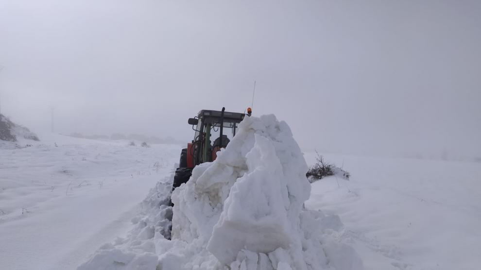 En Used (Zaragoza), el alcalde y los vecinos de la localidad siguen retirando la nieve a paladas y con ayuda de los tractores.