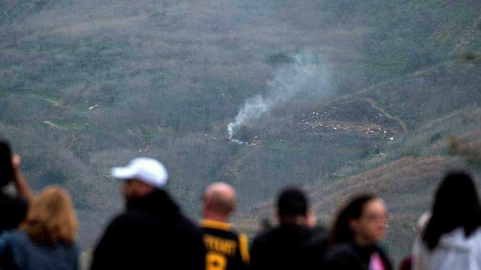 Smoke rises from the scene of a helicopter crash that reportedly killed retired basketball star Kobe Bryant in Calabasas, California, U.S., January 26, 2020.  REUTERS/Ringo Chiu [[[REUTERS VOCENTO]]] PEOPLE-KOBE BRYANT/