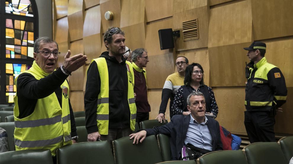 Tensión en el pleno del Ayuntamiento con un grupo de trabajadores de FCC
