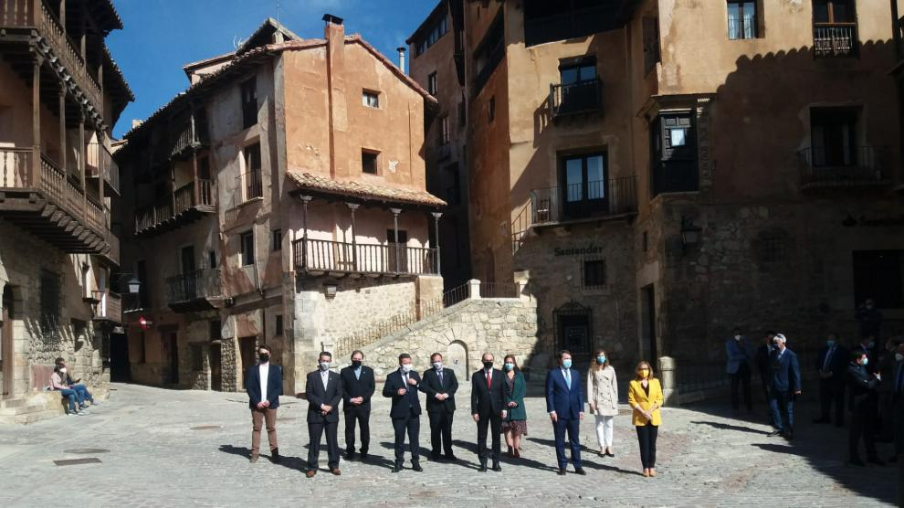Los presidentes de las tres comunidades posan en la plaza de Albarracín con miembros del ayuntamiento y la consejera Mayte Pérez.