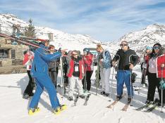 Parte del grupo inició la estancia con unas clases en la Escuela de Esquí de Formigal. rafael gobantes