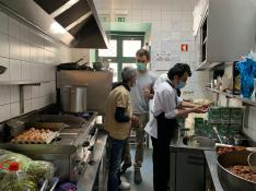 Trabajadores de un restaurante preparan menús para personas sin hogar en Lisboa este domingo.