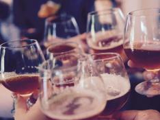 Foto de archivo de un brindis con cerveza