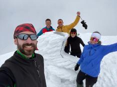 Ascensión al Aneto un 13 de junio y con mucha nieve en todo el camino de Arturo Carvajal, Iris Jordán, Silvia Mur, Alberto Badel e Iván Pirla.