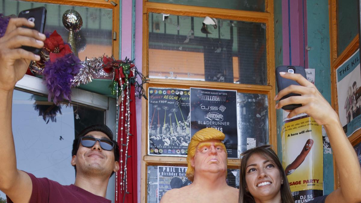 Estatuas de Trump desnudo aparecen en cinco ciudades de