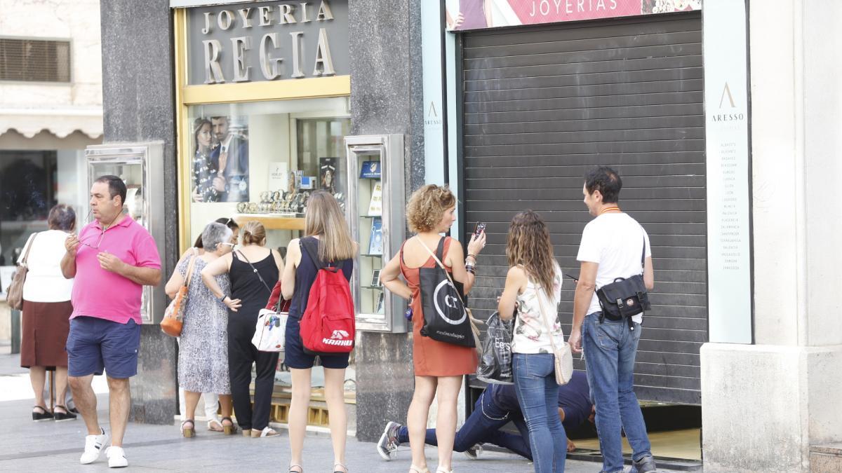 a96fa8b0533e Roban una joyería de la calle de Alfonso I sin poner un pie dentro ...