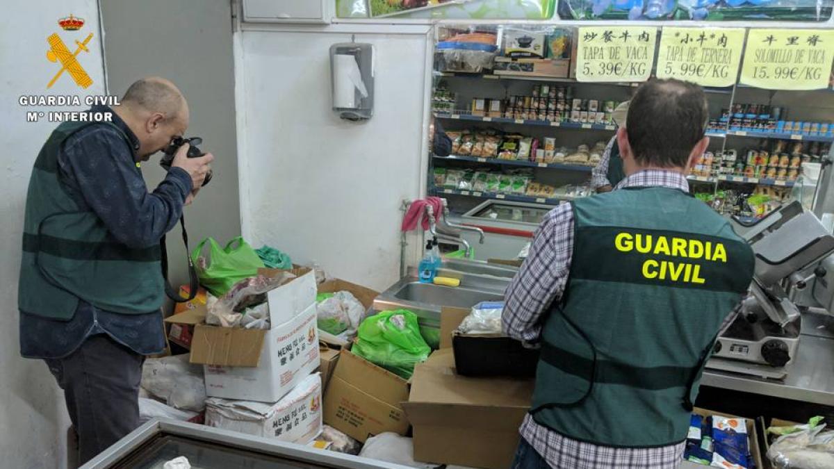 Retiran una tonelada de comida caducada en un chino de Zaragoza