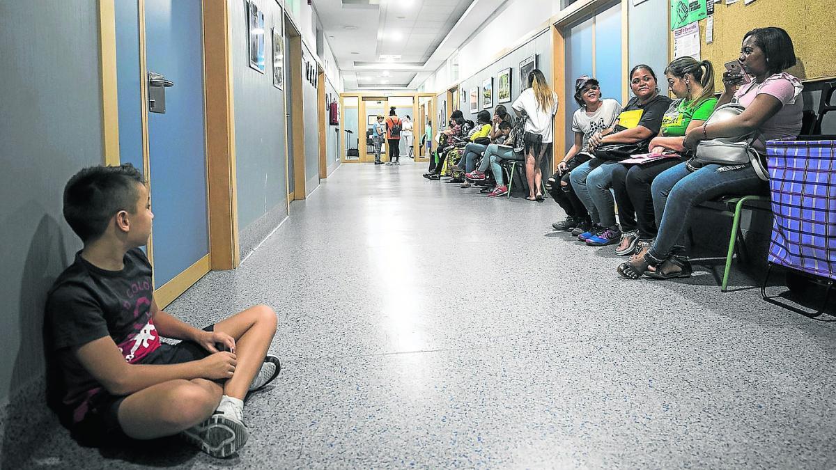 Las familias sufren esperas de dos horas para tramitar las ...