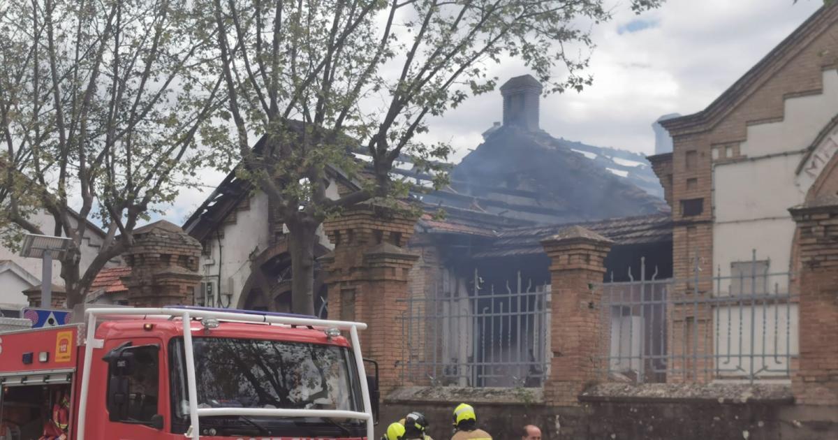 El fuego calcina la cubierta del edificio modernista del antiguo matadero de Jaca