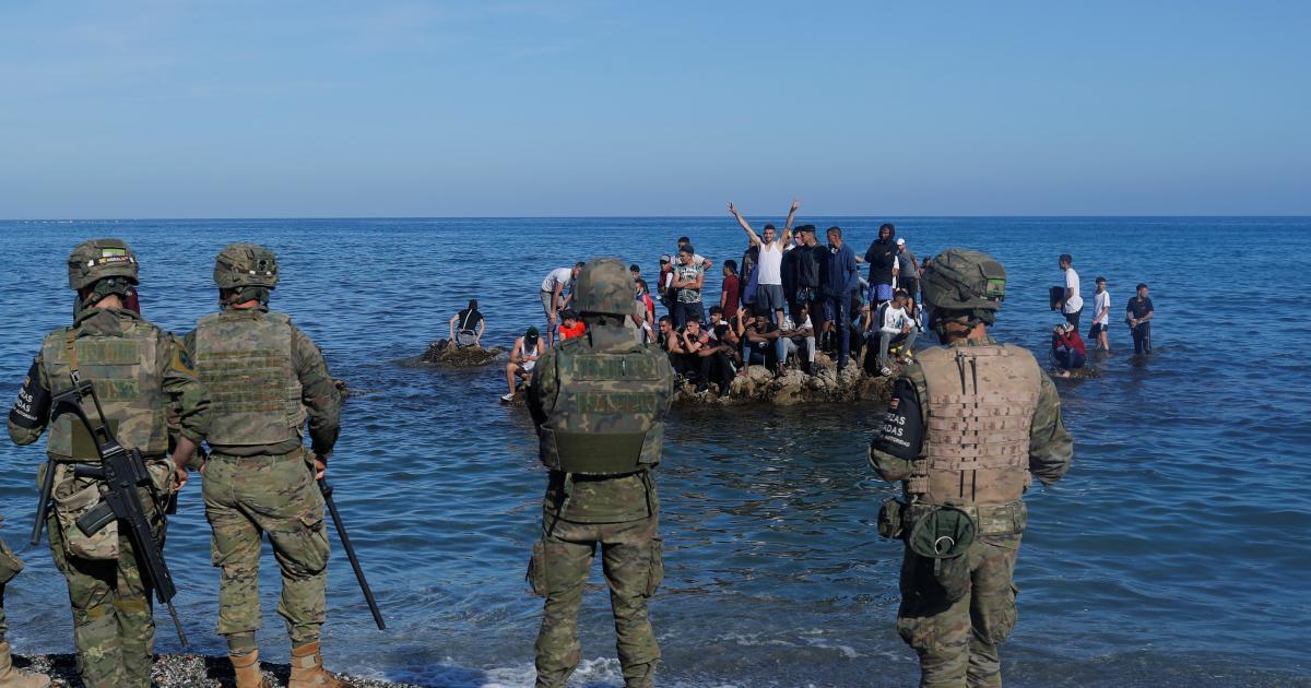 España despliega al Ejército tras la llegada de 8.000 inmigrantes a Ceuta y Marruecos envía antidisturbios a la frontera