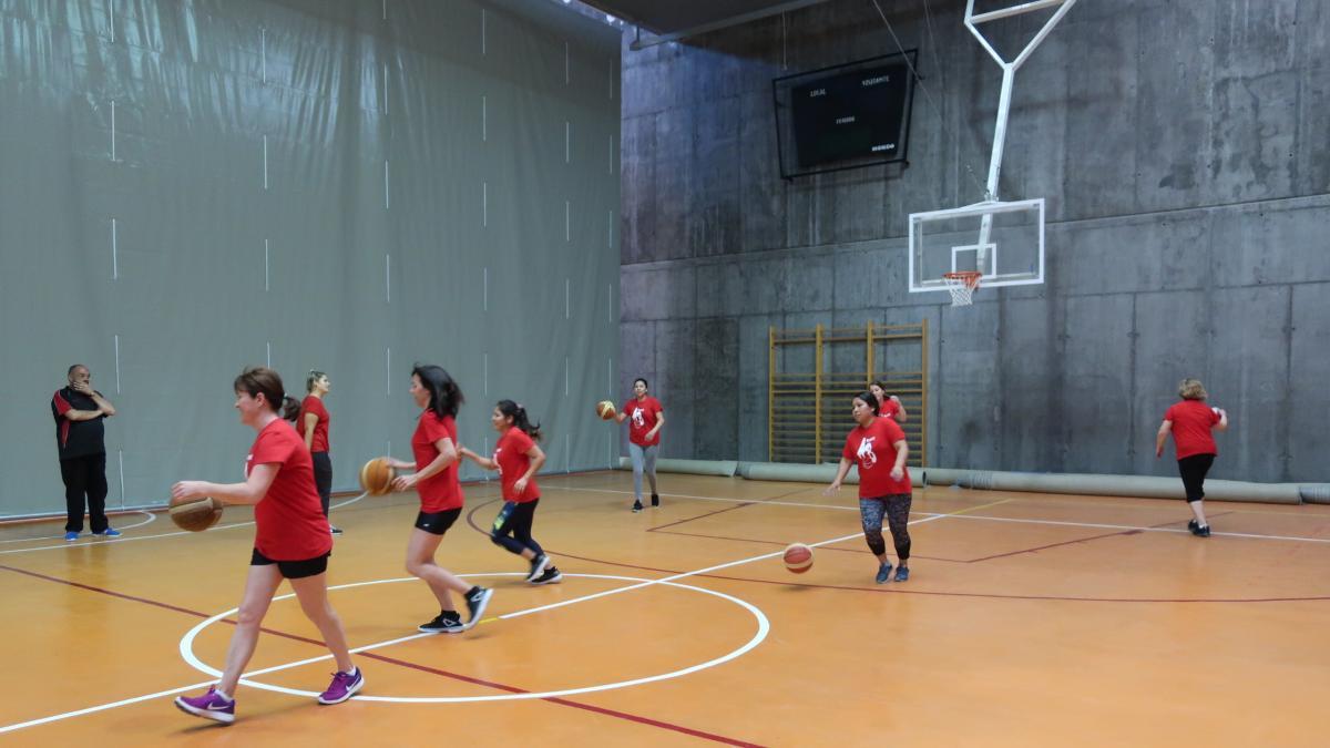 Un equipo de baloncesto de mujeres valientes y entusiastas ... 93af9efa3f2d2